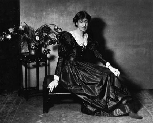 Virginia Woolf poses for <em>Vogue</em> magazine, 1924.